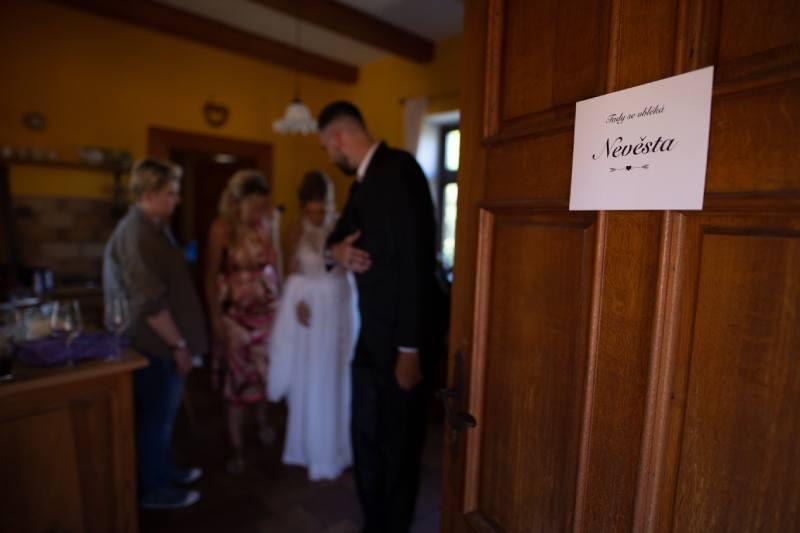 Příprava svatby na statku ve středních Čechách