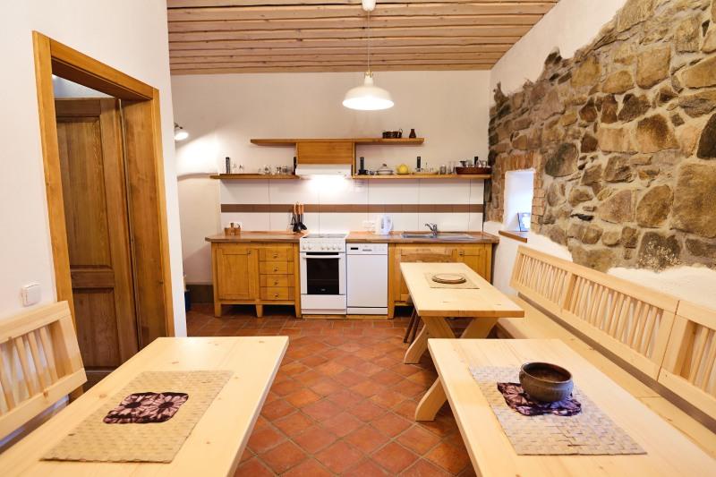 Kuchyňka je společná pro pokoje pro veřejnost - statek Vletice