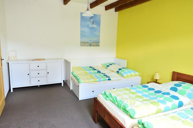 Citrónově žlutý pokoj - ubytování na statku Vletice ve Středočeském kraji