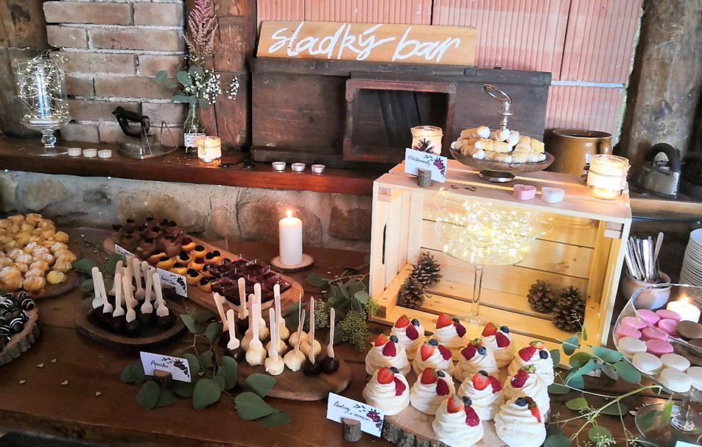Sladký bar v horní stodole na statku Vletice