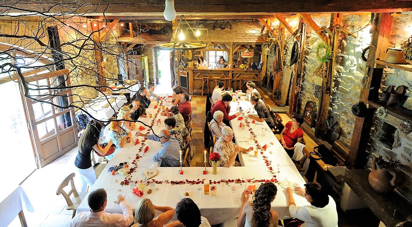 Svatební hostina v dolní stodole na statku Vletice